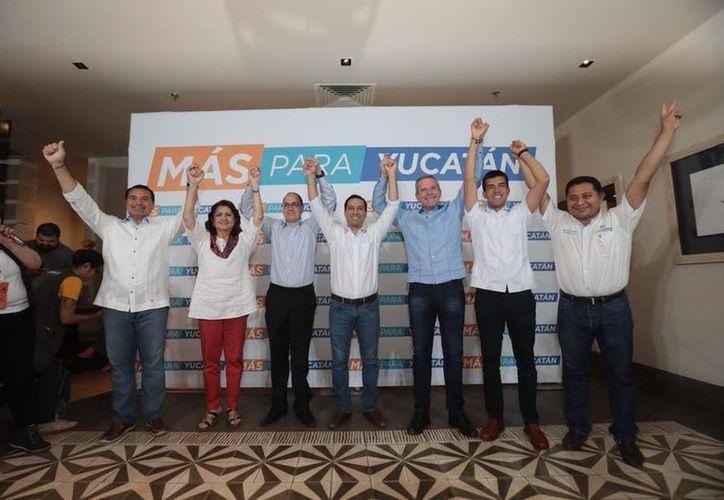 Los candidatos de Acción Nacional celebran su virtual triunfo en las elecciones. (Facebook)
