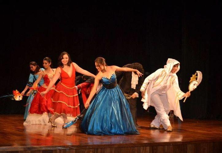 La música, la danza, la actuación, el vestuario, pero sobre todo el amor por el bello arte del teatro deleitaron al público capitalino. (Redacción/SIPSE)