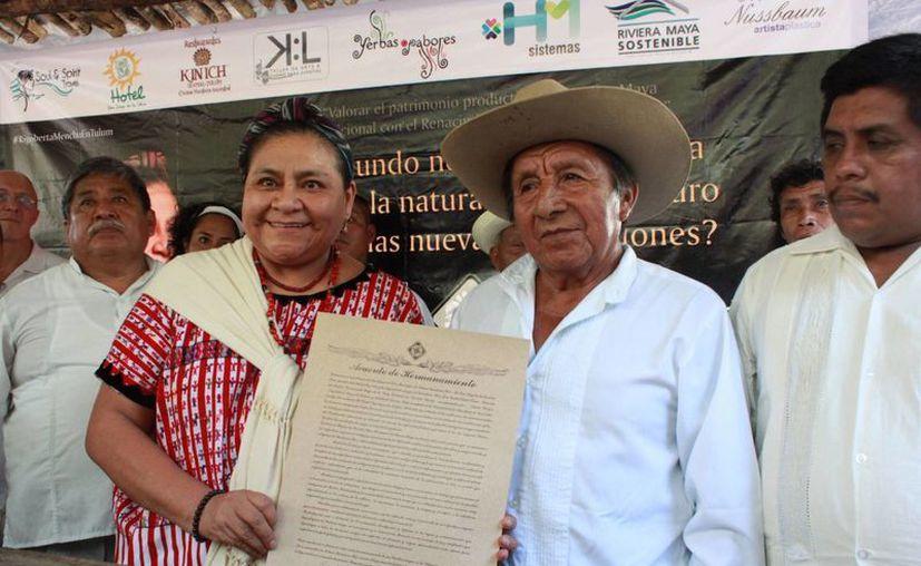 Rigoberta Menchú Tum y representantes de las comunidades mayas. (Adrián Barreto/SIPSE)