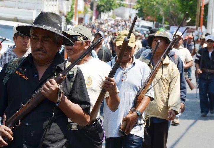 De manera paralela el pueblo está vigilado por el ejército y grupos de autodefensa. (Archivo Notimex)