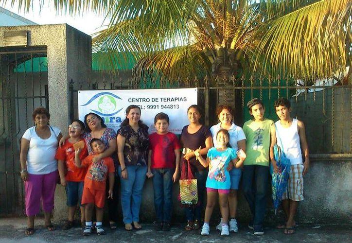 Integrantes de MIRA Autismo en su centro de terapias. (Cortesía)