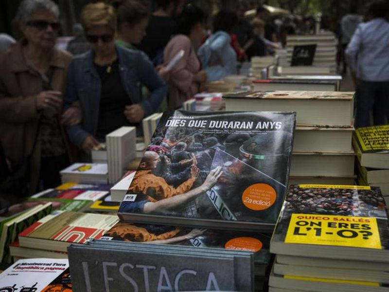 For the World Book Day, Catalan history were among the most sold in street stalls. (Internet)