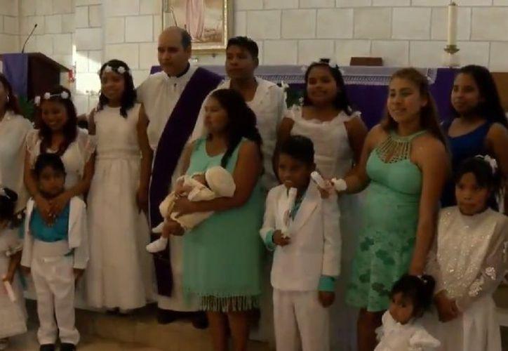 Los hijos de Irene, de entre un mes y 17 años de edad, festejaron su bautizo en su humilde vivienda. (Foto: Las Noticias Monterrey)