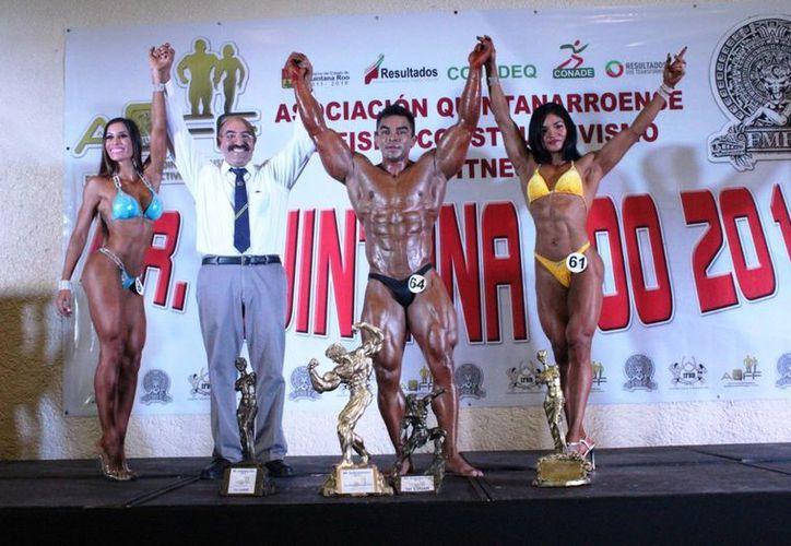 Gabriela Concha, Eduardo Mayo y Dora Mena fueron los ganadores absolutos, los acompaña Sebastián Muñoz, presidente de la Asociación Estatal de físico constructivismo. (Redacción/SIPSE)