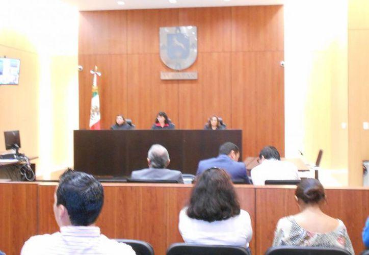 Este viernes se ratificó por unanimidad la condena de 35 años de cárcel contra el hombre que mató en 2014 al músico Luis Luna Guarneros, exdirector de la Orquesta Sinfónica de Yucatán. En la foto, el día de la audiencia para la imposición de la condena, el 11 de septiembre de 2015. (SIPSE)