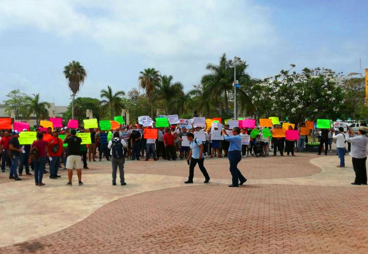 Los inconformes gritaron consignas y mostraron pancartas durante la manifestación. (Daniel Pacheco/SIPSE)