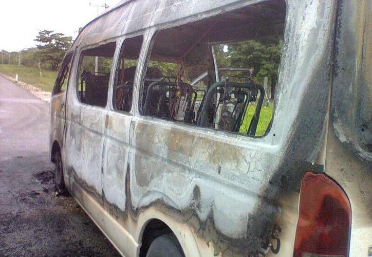 El incendio comenzó en el motor y consumió el vehículo.(Redacción/SIPSE)