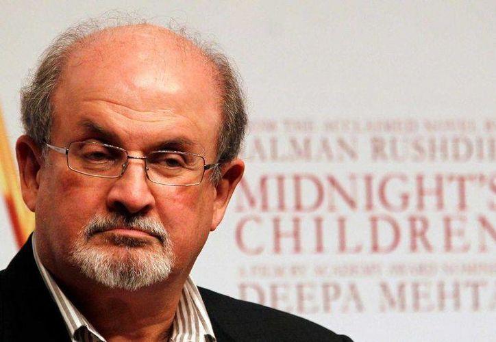 El escritor Salman Rushdie recibió el premio Norman Mailer a la trayectoria de  manos de Laurie Anderson  en el Instituto Pratt de Brooklyn.(AP)