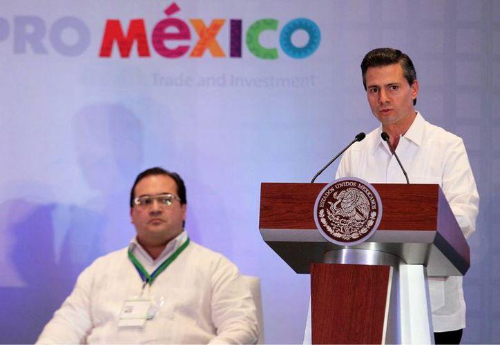 El presidente Enrique Peña Nieto en la clausura del X Encuentro Empresarial Iberoamericano. Lo acompaña el gobernador de Veracruz, Javier Duarte. (Notimex)