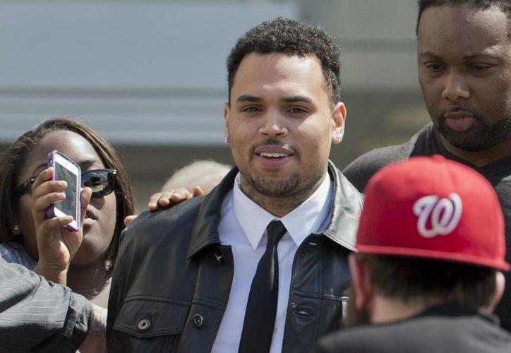 Chris Brown abandona la Corte Superior de Washington, pero todavía tiene cuentas pendientes con la justicia. (Foto: AP)