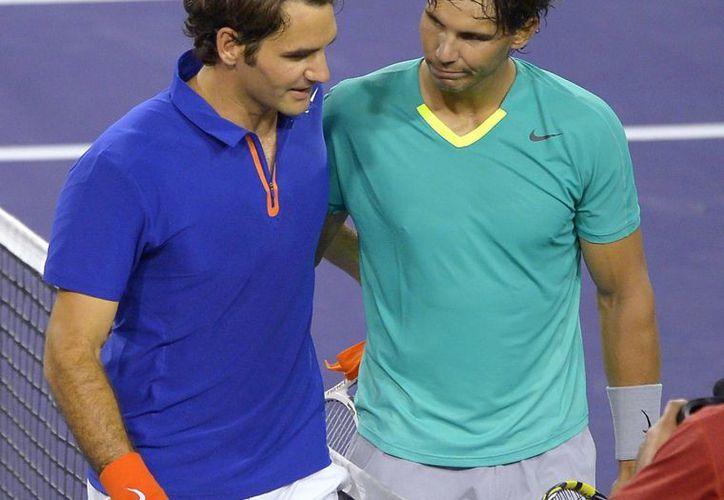 """""""Rafael y yo somos dos extremos opuestos en todo y eso es lo que ha atraído tanto a los aficionados para posicionarse en favor de uno de los dos"""", asegura Federer. (Agencias)"""