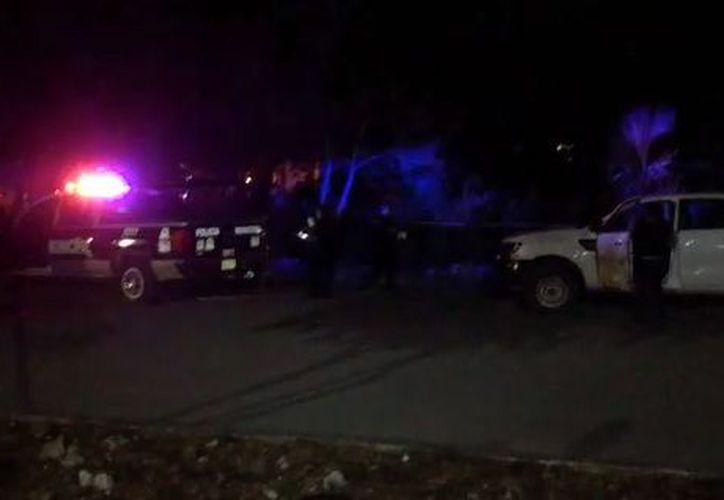 Peritos en criminalística llegaron al área para realizar el levantamiento de cuerpo. (Redacción)