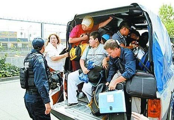 Miles de integrantes de la CNTE aseguran que mantendrán su plantón en el Zócalo capitalino, aunque ya concertaron una reunión con la Segob este lunes. (Milenio)