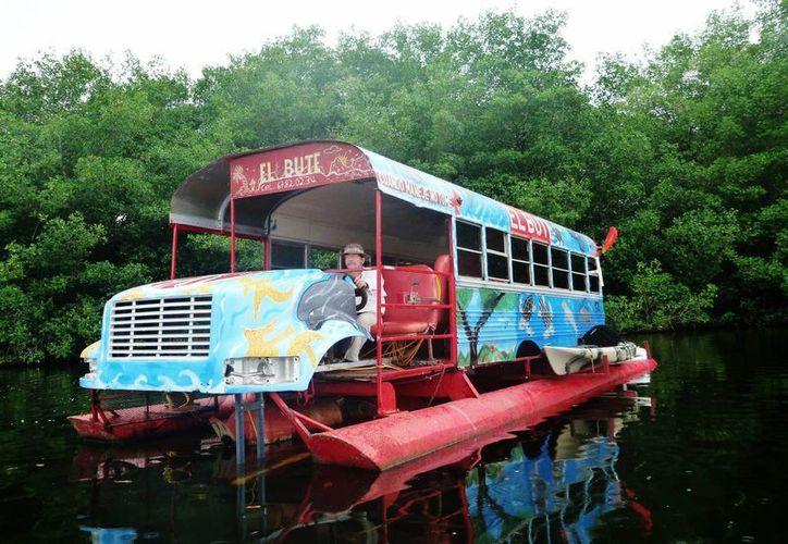 El autobús flotante que va tras las 'sirenas' en la zona de Bocas del Toro, Panamá. (EFE)