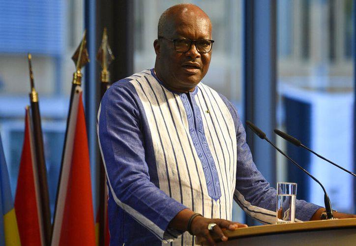 Roch Marc Christian Kabore, presidente de Burkina Faso, habla ante los participantes de una cumbre de inversión en Berlín, Alemania, el 19 de noviembre de 2019. (John MacDougall/Pool vía AP)