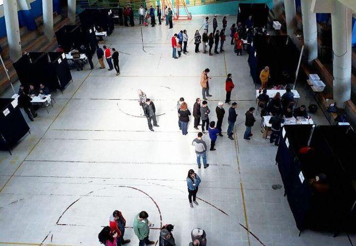 La periodista Beatriz Sánchez y el expresidente Sebastian Piñera ganaron las elecciones primarias en el camino a la presidencia de Chile. (Notimex)