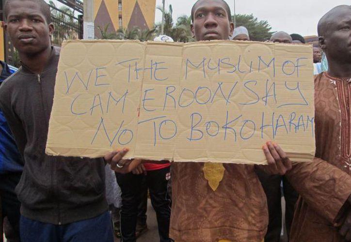 Un grupo de personas participa en una marcha de apoyo al gobierno de Camerún que combate contra el grupo extremista Boko Haram en la ciudad de Yaundé, Camerún. (Agencias)