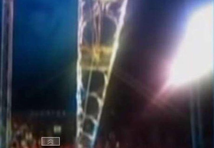 Imagen del momento en que el acróbata César Leonardo Portugal Jiménez cae desde una altura de siete metros en el circo Solary en Zapopan, Jalisco. (Captura de pantalla de YouTube)