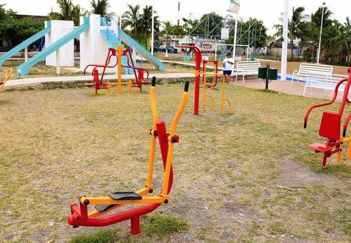 Entre el 2013 y 2014, en la capital del estado, se instalaron seis parques con aparatos de gimnasios, que forman parte del programa de ejercitadores gratuitos. (Harold Alcocer/SIPSE)
