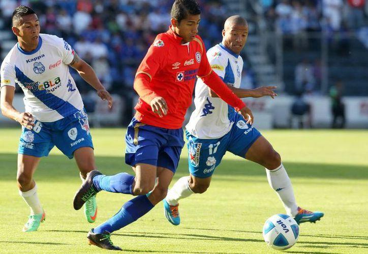 La camiseta roja conmemorativa de los 50 años de Cruz Azul en Primera División se ha visto opacada por las dos derrotas en fila del club mexicano. (Notimex/Archivo)