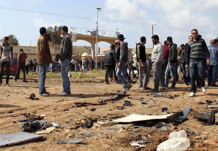 Los enfrentamientos en el aeropuerto de Trípoli acentúan la ola de violencia que vive el país. (EFE)