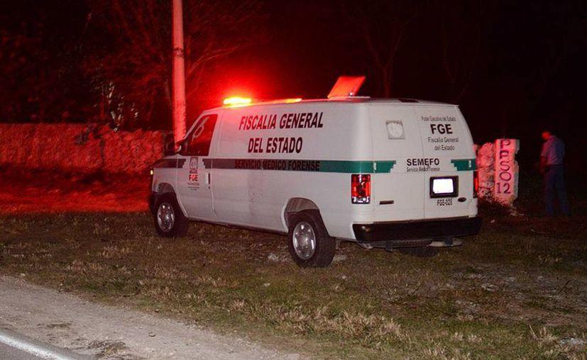 El cuerpo del hombre quedó tendido a un lado de la carretera. Personal de la Semefo llegó para realizar el levantamiento del cadáver. (SIPSE)