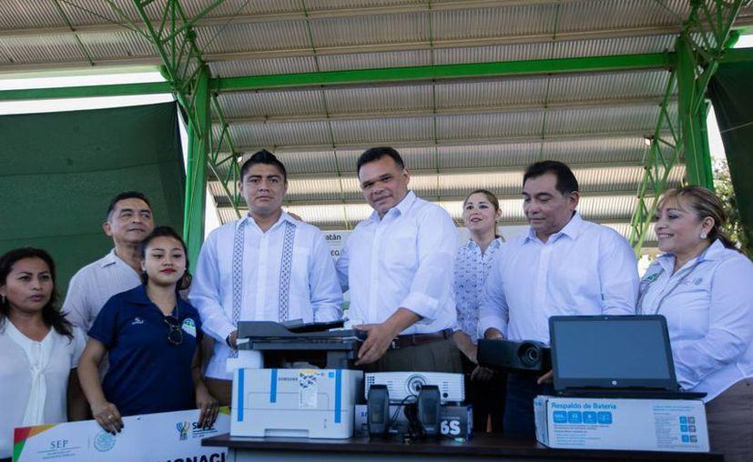 Durante la entrega de artículos a estudiantes yucatecos de Telebachilleratos el Gobernador supervisó los avances en la construcción de un salón de danza. (Fotos cortesía del Gobierno)