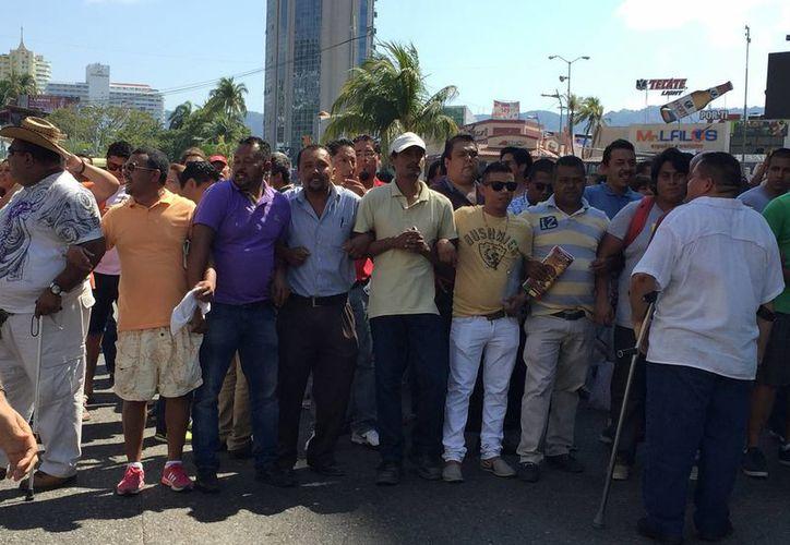 Empleados administrativos de la SNTE en Acapulco levantaron el bloqueo, pero dicen que si el martes no se llega a un acuerdo, tomarán otras medidas. (Notimex)