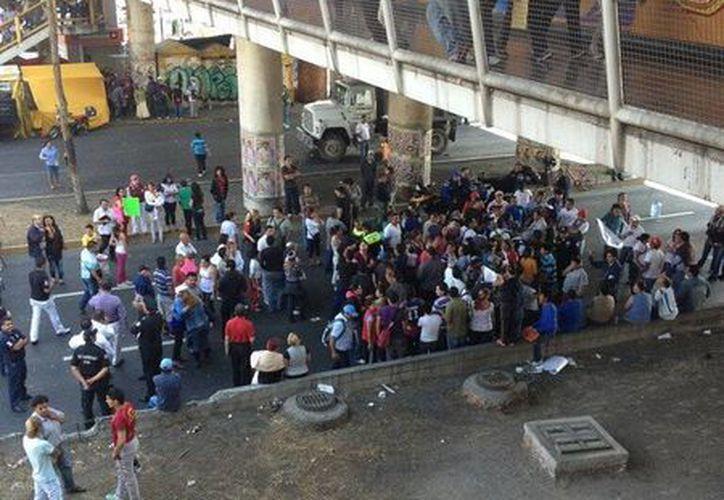 Por la mañana de ayer, alrededor de un centenar de vecinos realizaron un bloqueo en la avenida Central. (Twitter: @EfrenLeRue)