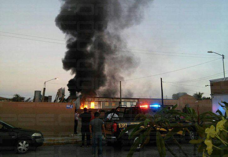 El humo del incendio se podía ver desde varias cuadras a la distancia. (Imágenes de Teresita Rivera)