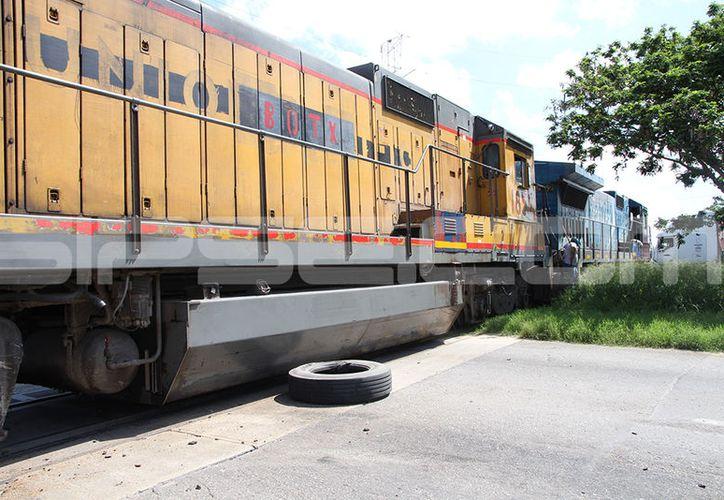 El tren terminó alcanzando 'la cola' del tráiler de combustibles. (SIPSE)