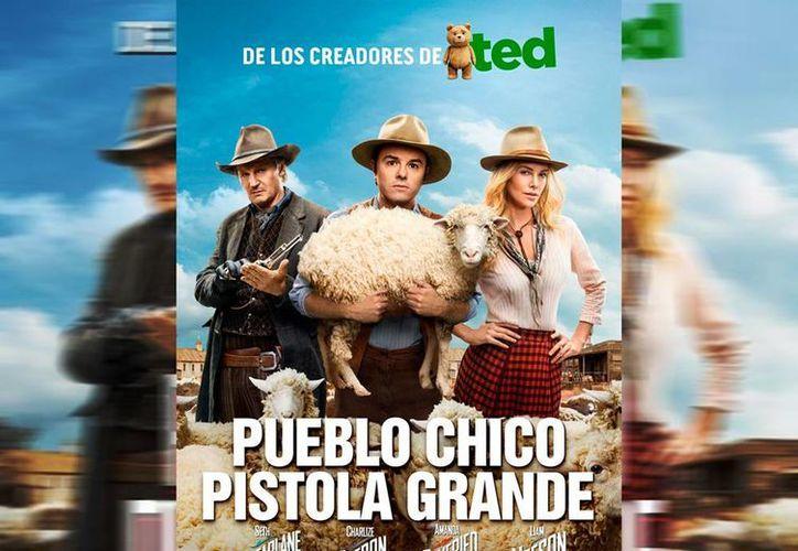 """""""Albert"""" (Seth MacFarlane, centro) es un granjero a quien su nueva amiga (Charlize Theron), lo entrena para enfrentarse en duelo a muerte contra sus enemigos. (Facebook/Pueblo Chico Pistola Grande)"""