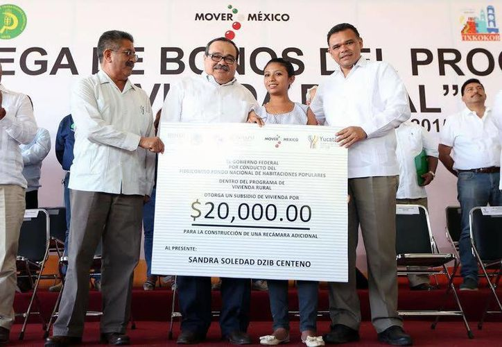 El gobernador Rolando Zapata y el titula de la Sedatu, Jorge Ramírez Marín, durante la entrega de apoyos. (SIPSE)