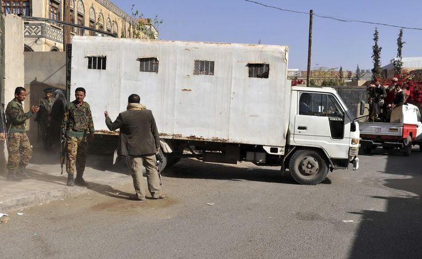 Soldados yemeníes hacen guardia junto a un camión que traslada a 10 hombres acusados de planear un ataque suicida en Saná el 14 de enero. (EFE/Archivo)
