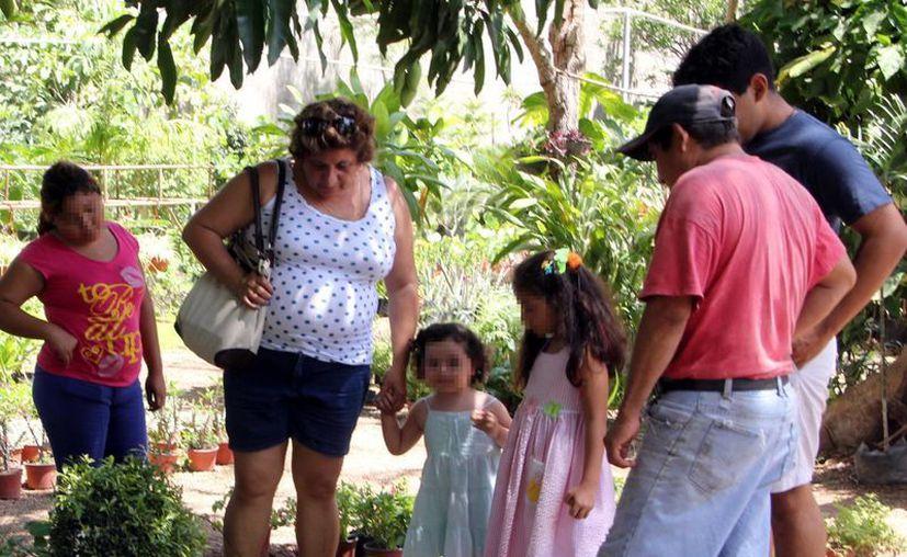 La convivencia acerca a los integrantes de la familia. Imagen de contexto de una pareja y cuatro menores en un paseo dominical. (Milenio Novedades)