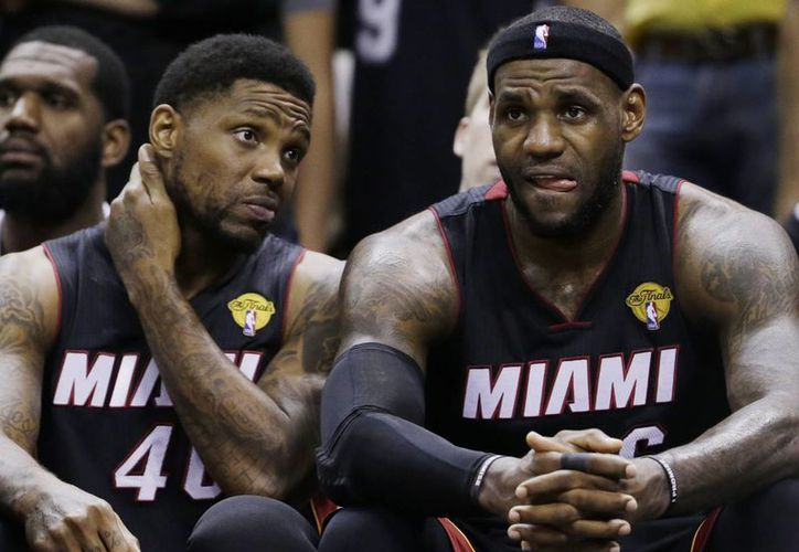 Udonis Haslem (40) y Le Bron James miran angustiosos el partido entre Heat y Spurs, que significó la coronación de estos últimos. (Foto: AP)