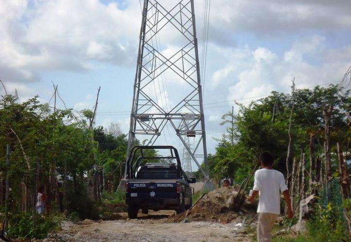 Las personas que habitan bajo las torres de alta tensión, están en riesgo de sufrir un accidente grave. (Foto: Daniel Pacheco/SIPSE)