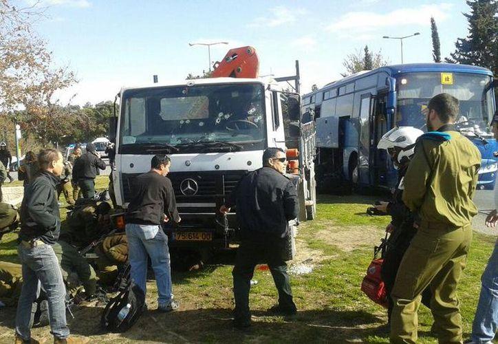 Un palestino apuñaló varias veces a una policía. (Twitter/ @AmichaiStein1).