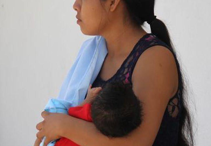 Las madres que amamantan a sus bebés reducen el riesgo de padecer osteoporosis y cáncer de mama o de ovario. (Victoria González/SIPSE)