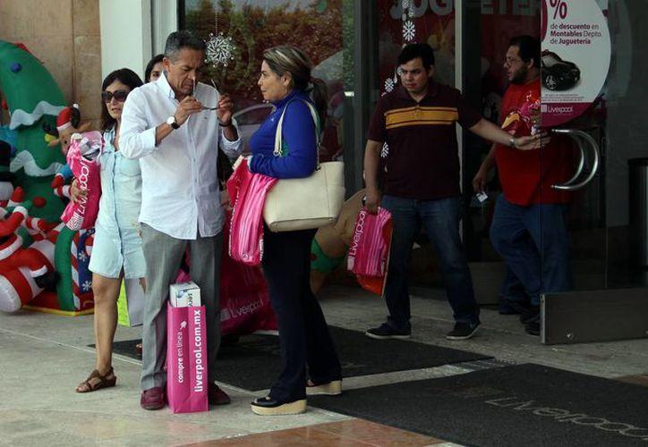 Los comercios del centro de la ciudad registran, desde hace varias semanas, fuerte actividad. Imagen de un grupo de personas en las puertas de un comercio en el centro de Mérida. (Milenio Novedades)
