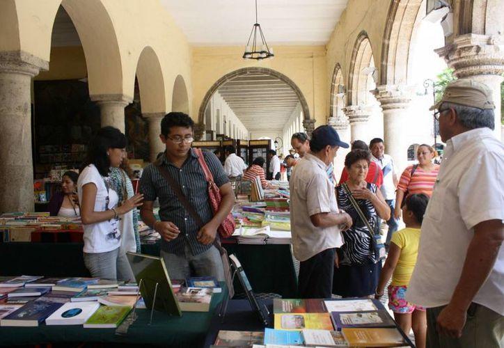 Aspecto de la Feria Municipal del Libro que se realiza en los bajos del Palacio Municipal de Mérida. (SIPSE)