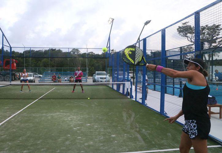 Continúan los encuentros del torneo mixto del Journey Padel Arena. (Raúl Caballero/SIPSE)