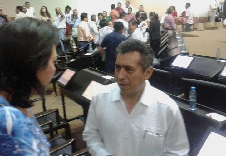 El nuevo diputado Luis Alfonso Campos Mena platica con la coordinadora de la bancada panista, Sofía Castro Romero. (SIPSE)