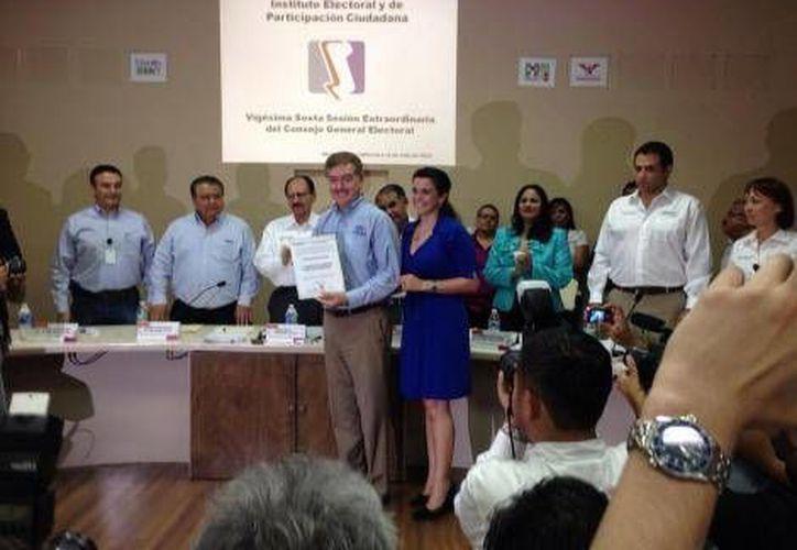 Francisco 'Kiko' Vega con la constancia que lo acredita como gobernador electo de Baja California. (Milenio)