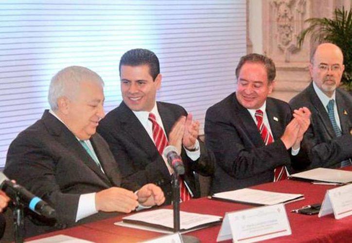 El secretario de Educación, Emilio Chuayffet, inauguró el viernes en Zacatecas la XXXVII Sesión Plenaria del Consejo Nacional de Autoridades Educativas; lo acompaña el gobernador del estado, Miguel Alonso Reyes. (Excelsior)