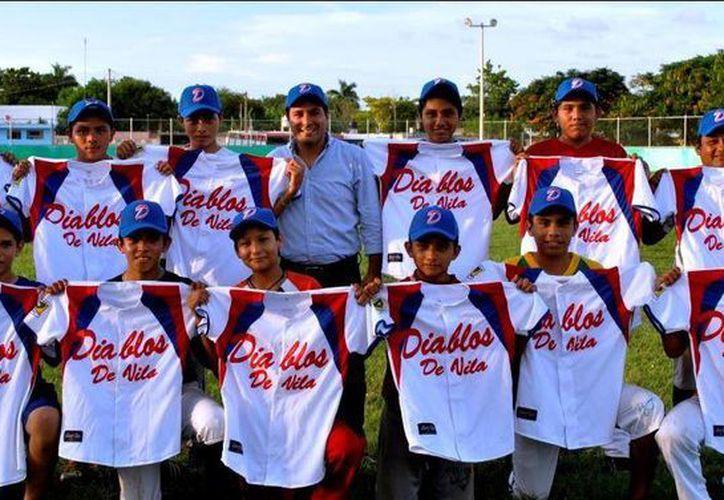 El equipo 'Los Diablos de Vila' con sus nuevos uniformes. (SIPSE)