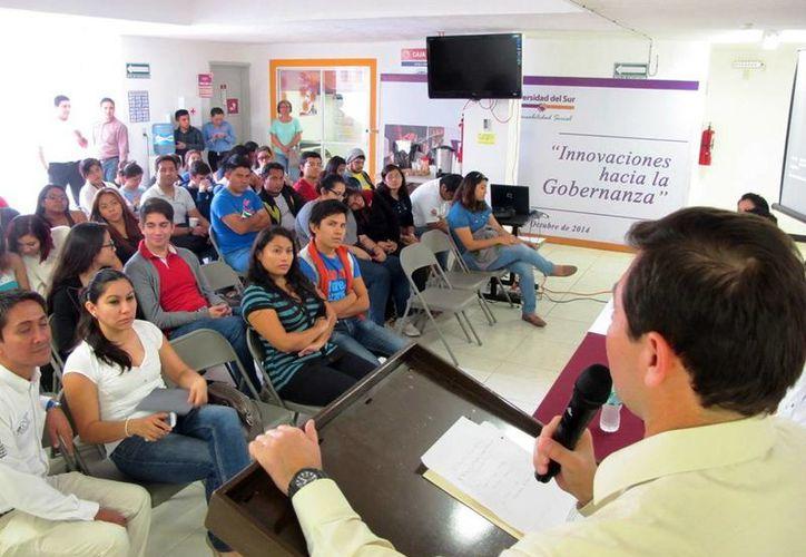 Los jóvenes escucharon del personal de la STPS las diversas propuestas para conseguir trabajo. (Milenio Novedades)