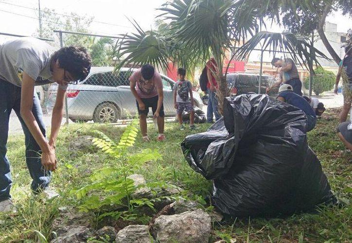 Los estudiantes, una vez a la semana, realizan servicio social limpiando parques o escuela. (Yajahira Valtierra/SIPSE).