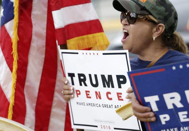 A pesar de las polémicas declaraciones contra las mujeres, los republicanos aumentaron su apoyo a Donald Trump. (AP/Wilfredo Lee)