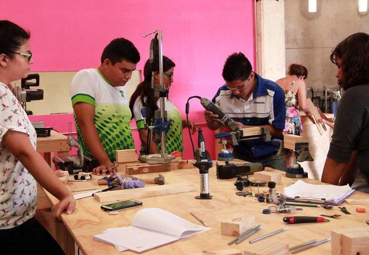 """Personal capacitado asesora a los """"makers"""". (Milenio Novedades)"""